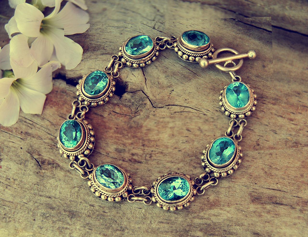 Šperky z drahými kameny jsou trendy